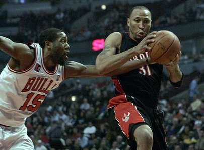 Toronto Raptors forward Shawn Marion, right, drives to the basket past Chicago Bulls forward John Salmons in the first quarter of their NBA basketball game in Chicago, April 15, 2009.